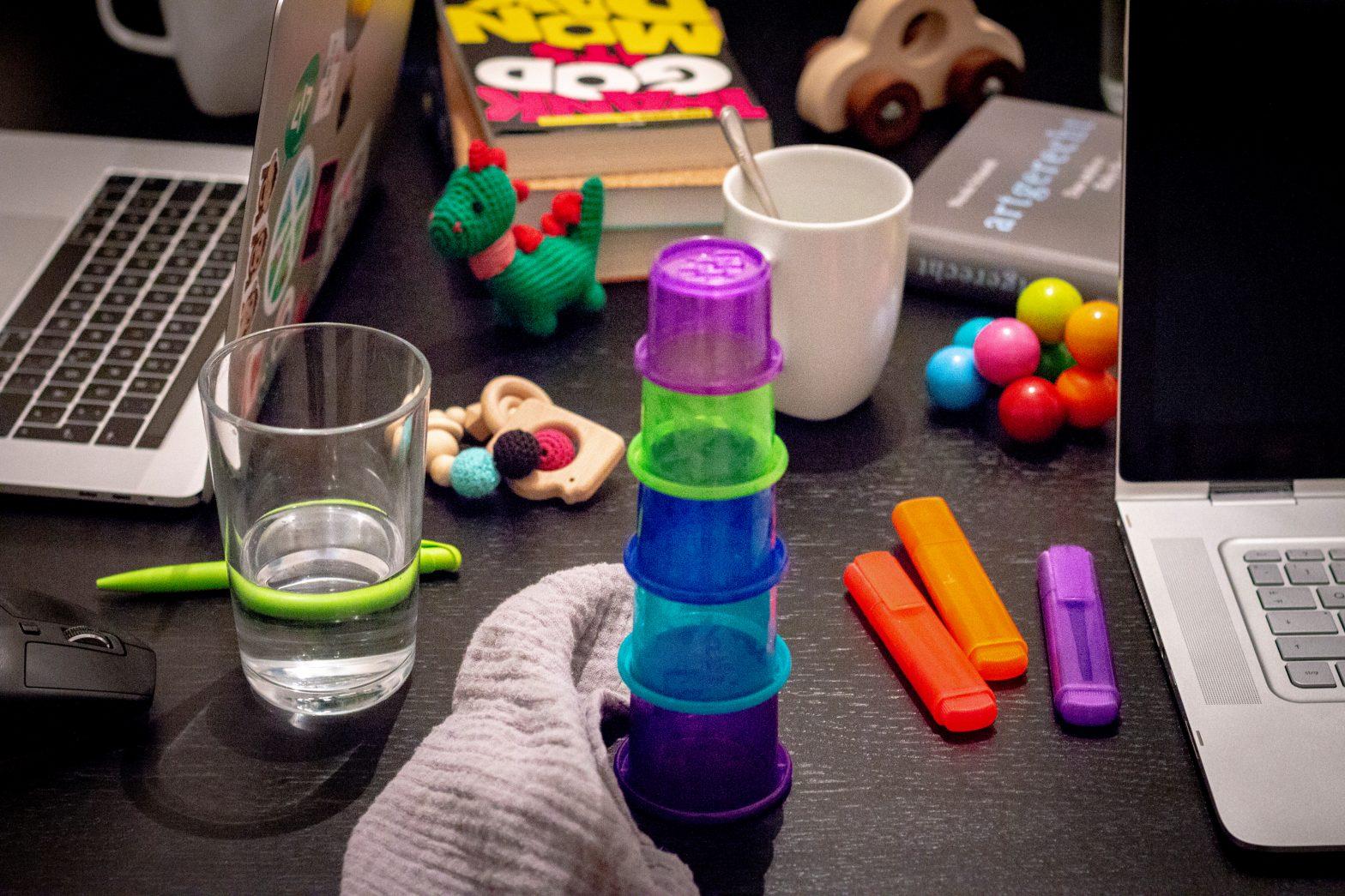 Schreibtisch mit Spielzeug und Arbeitsmaterial